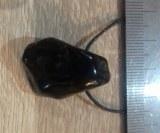 Spinelle noir percé avec cordon en coton